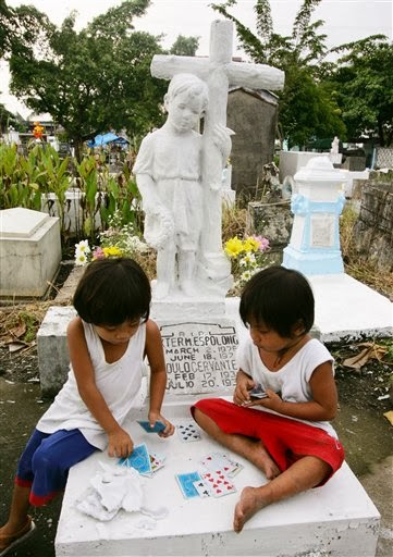 philippines-all-saints-day-2008-10-31-3-4-23 - Quiet card game: two players, one spectator - Philippine Photo Gallery