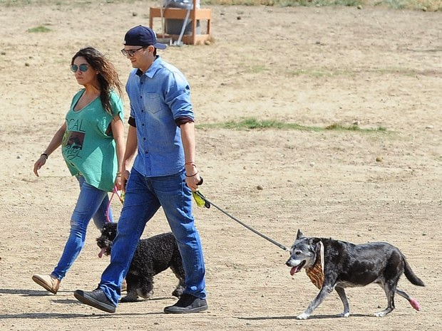 Pregnant, Mila Kunis walks with Ashton Kutcher in park