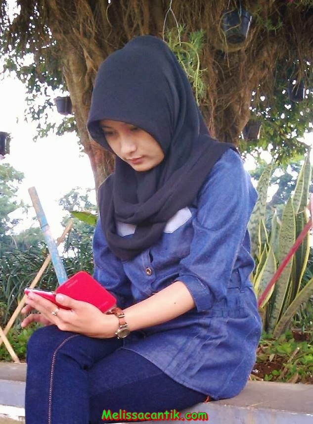Beautiful Indonesian Bank Employee With Hijab Pictures 2014
