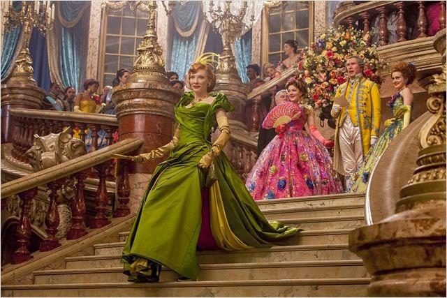 Cate Blanchett, intérprêtant Lady Tremaine, la belle-mère, son arrivée au bal