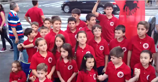 "I bimbi albanesi cantano ""Xhamadani vija-vija"" per le strade di New York"