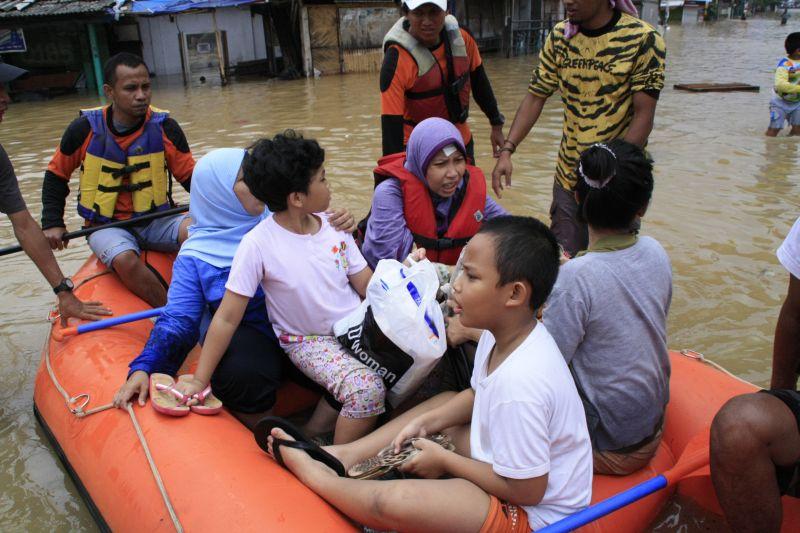 Aktivis Greenpeace Terjun Bantu Korban Banjir Jakarta