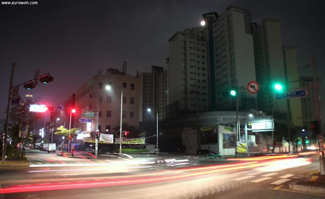 Tráfico nocturno en Seúl