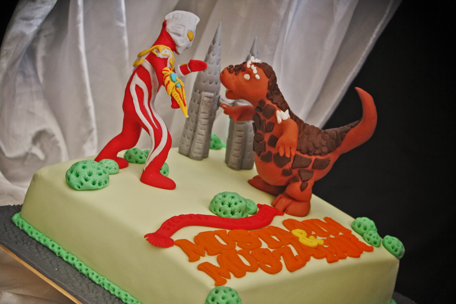Ultraman Birthday Cake Design : Rizq Cakes: Ultraman vs Raksasa di tepi KLCC
