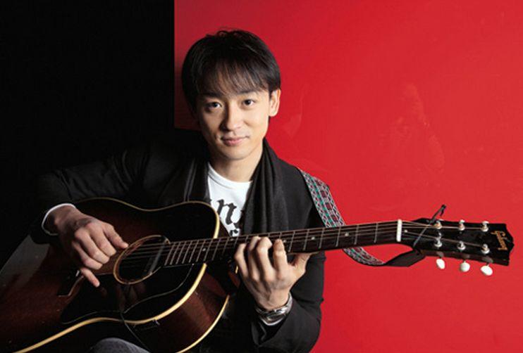 ギターを弾く山本耕史