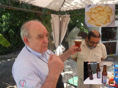 Apicius muestra su cerveza.