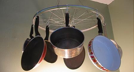 Reutilizar ruedas de bici para poner orden en la cocina