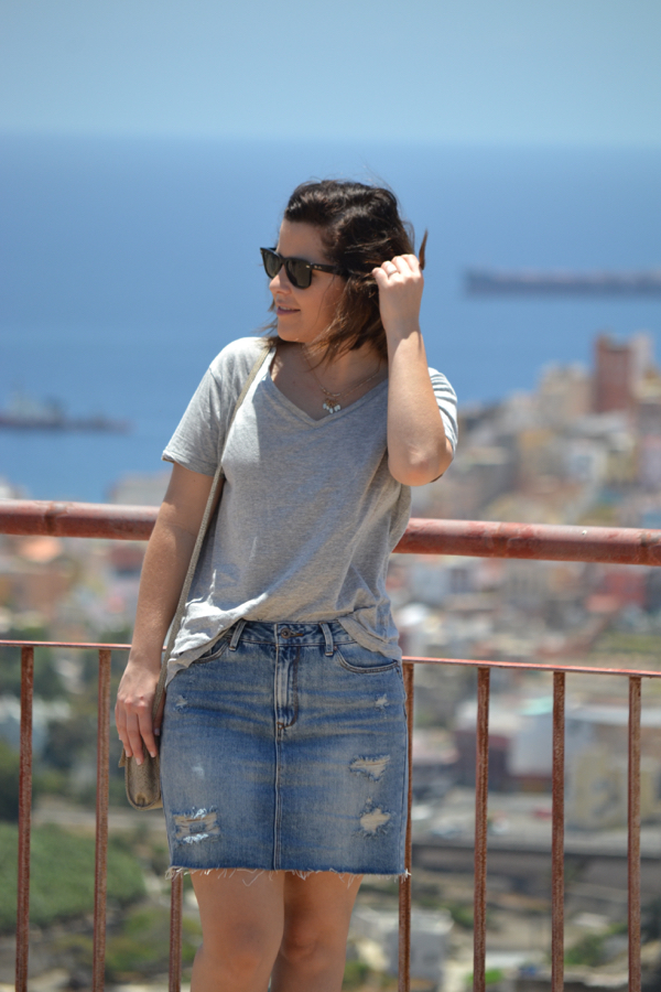 look_falda_vaquera_tubo_converse_rojas_como_combinar_lolalolailo_03