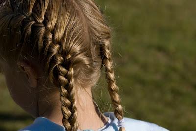 enfrente y dividirlo en 3 y así trenzaras poco a poco tomaras mechones de cada lado para que al finalizar todo el cabello termine enrollado y trenzado.