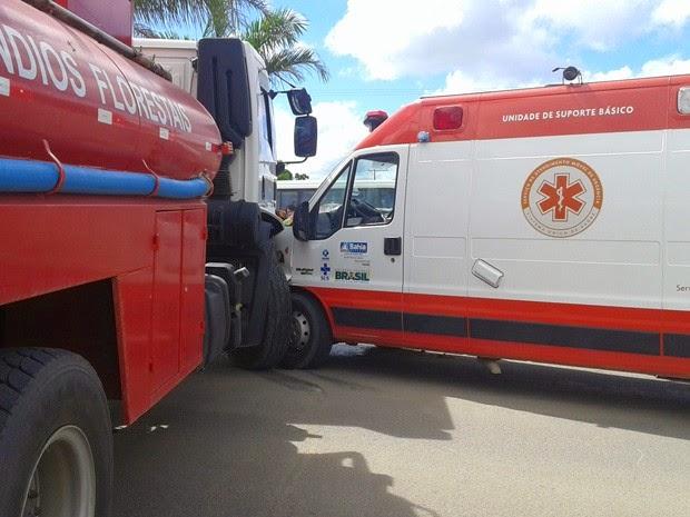 Segundo PRF, enfermeiro ficou ferido e foi socorrido (Foto: Tássio Loureiro / VIA41)