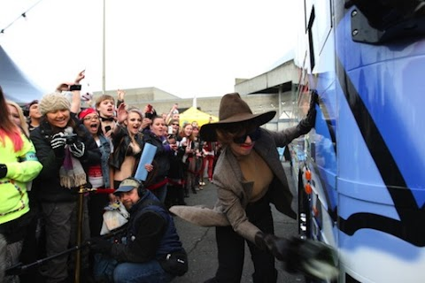 lady gaga inaugura l'autobus della born this way foundation