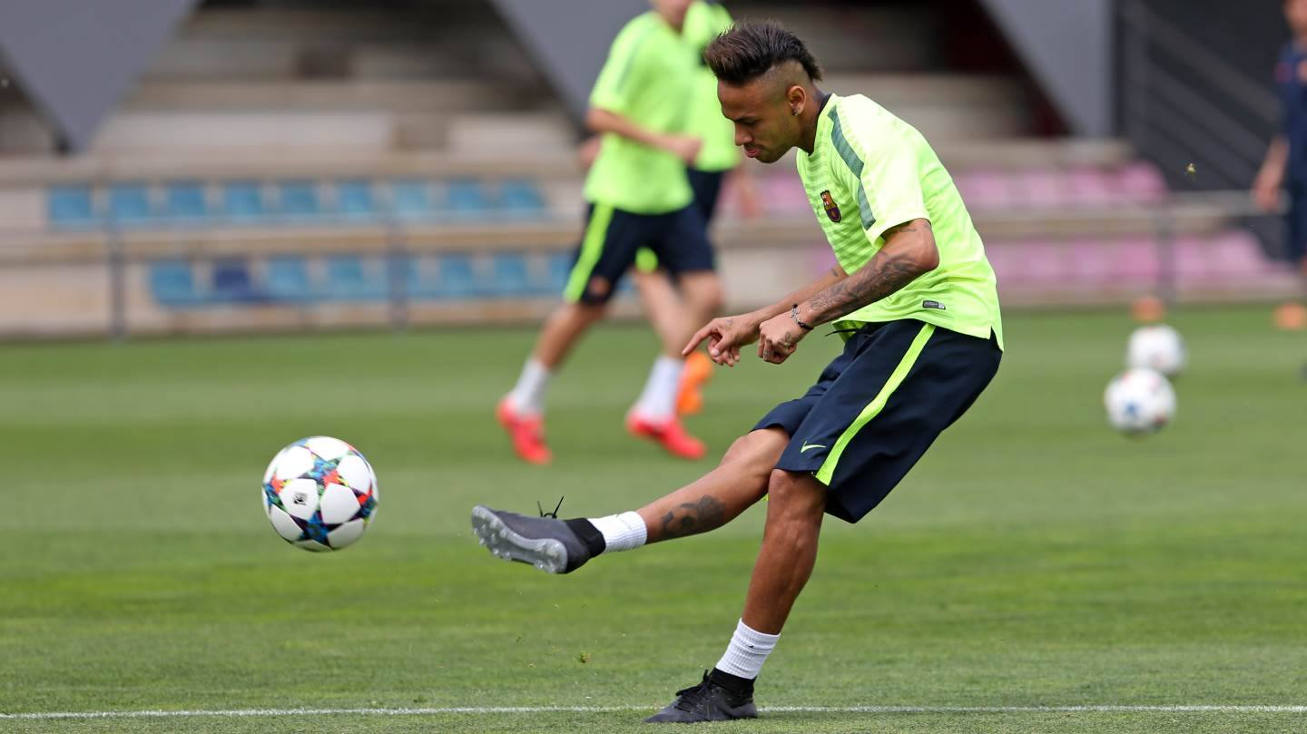 neymar receives custom nike hypervenom 2 boots with low. Black Bedroom Furniture Sets. Home Design Ideas