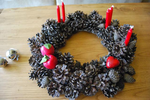 http://sosunnyblog.blogspot.com.es/2013/11/corona-de-navidad-con-pinas-y-no-sera.html