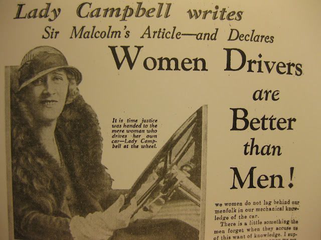nainen auton ratissa