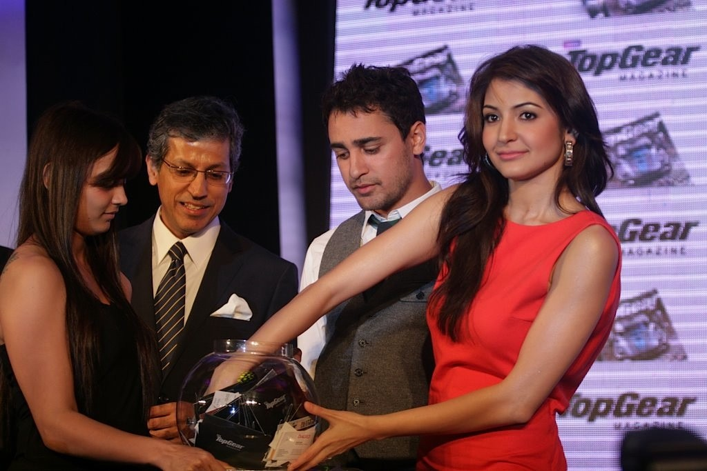 http://4.bp.blogspot.com/-oqkyZ3rCXSI/TbvCV52778I/AAAAAAAAE1M/HZ7ozcRgJWc/s1600/Imran-Khan-and-Anushka-Sharma-re-launched-BBC-Top-Gear-Magazine-055.jpg