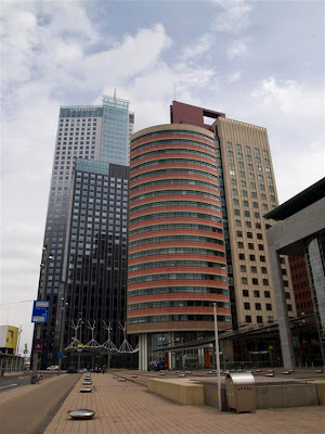 Maastoren (Torre Maas) de Rotterdam (a la izda.)