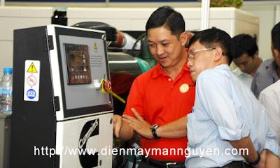 Khách tham quan trao đổi về máy phát điện cummins