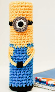 http://translate.googleusercontent.com/translate_c?depth=1&hl=es&rurl=translate.google.es&sl=auto&tl=es&u=http://www.petalstopicots.com/2013/08/crochet-minion-pencil-case/&usg=ALkJrhjiqNcEfsK7KL6JPvDpUki8NN2IKg