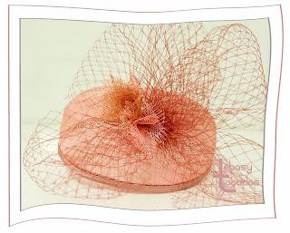Casquete de Lebasy Tocados en tonos nude rosado.