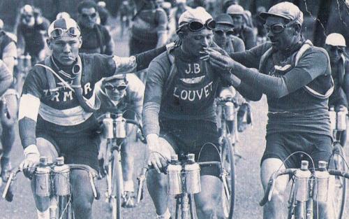 Ciclistas fumando en el Tour de Francia, años 20
