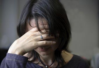 الحزن والكآبة يجعلان الإنسان أقوى - بنت حزينة مكتئبة