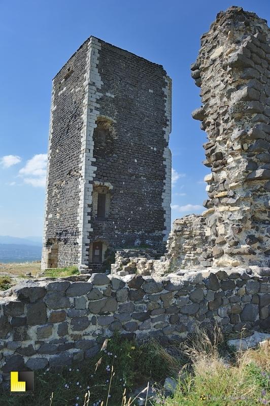 la tour de mirabel et les vestige du château photo blachier pascal