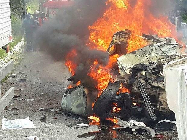 Veículo envolvido no acidente foi completamente destruído (Foto: Marcus Augusto / Voz da Bahia)