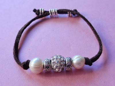 Pulsera en antelina color marrón con perlas y cristal plateado a juego