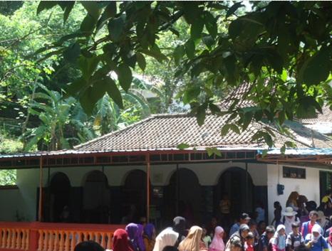 Sholat di Masjid Jatijajar