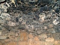 Interior de la barraca on es pot apreciar les filades que formen la volta cònica