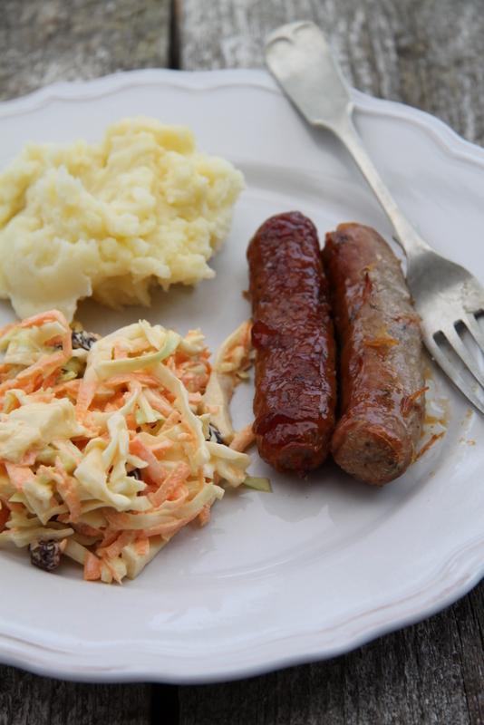 Angielskie kiełbaski pieczone w miodzie i surówka z białej kapusty