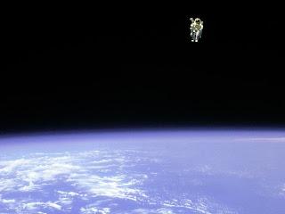 12 февраля 1984 года астронавт Брюс МакКэндлесс, удалился от корабля, дальше  всех