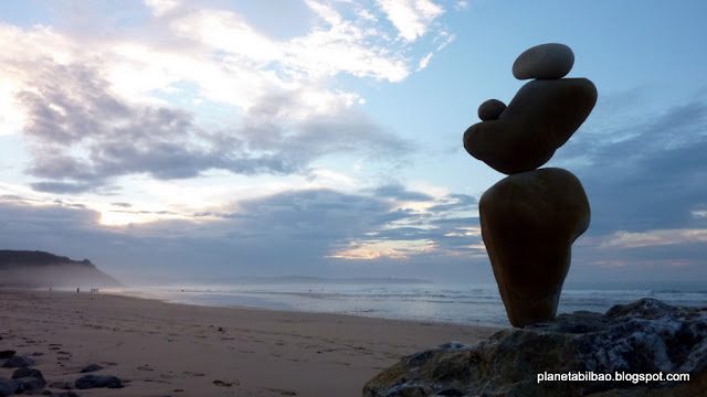 paisaje humano, piedras en equilibrio, playa de Vega,Planeta Bilbao,stone balanced