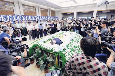 SEJUMLAH orang memberi penghormatan terakhir terhadap Wu Bin di Rumah Pengebumian Hangzhou di Hangzhou semalam.