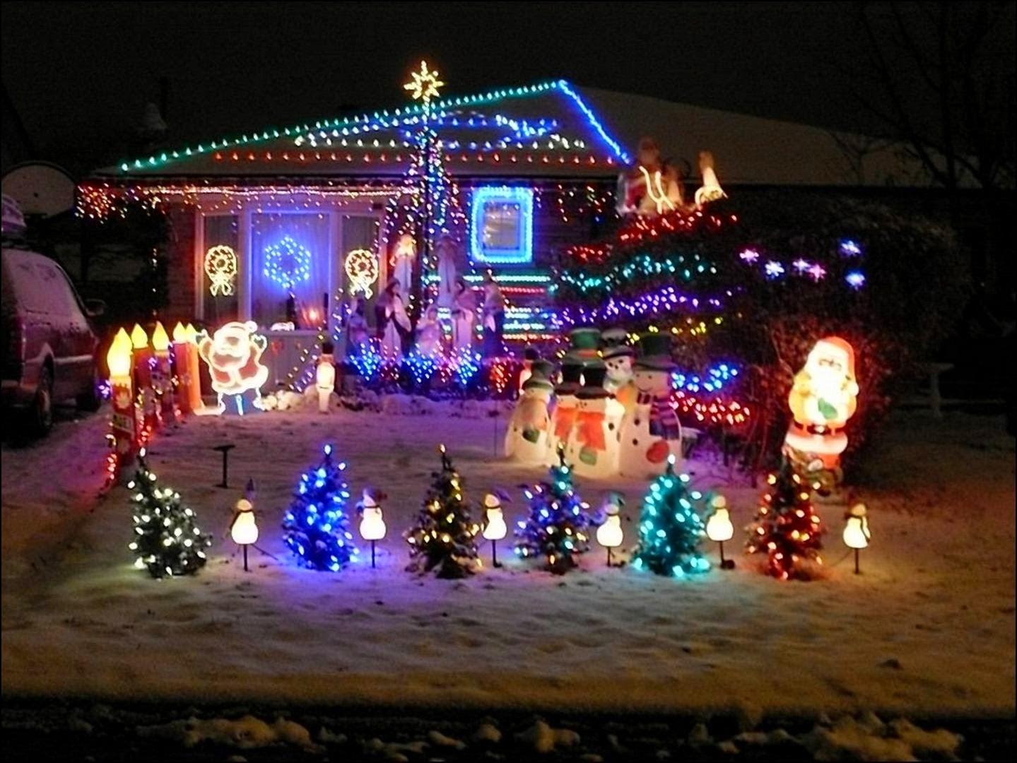 Hermosa casa decorada para Navidad