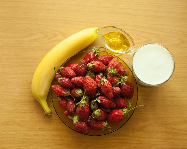 Для клубничного смузи с бананом нам понадобится