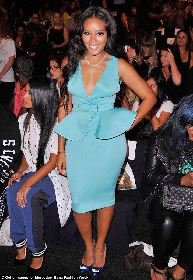 أنجيلا سيمونز تبدو جذابة جدا في فستان أزرق لامع