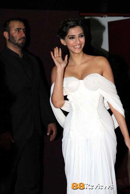 Sonam Kapoor Wardrobe Malfunction Pics