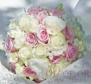 Menyasszonyi csokor fehér és rózsaszín rózsából apró fehér virágokkal