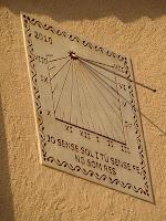 Rellotge de sol a la façana principal de Can Perenoguera
