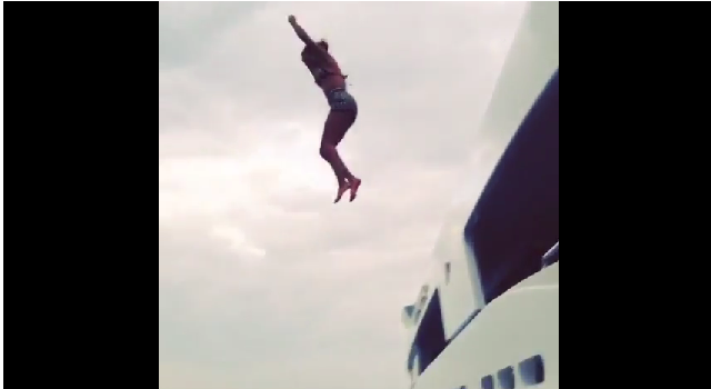 Beyoncé saltando desde su yate al mar