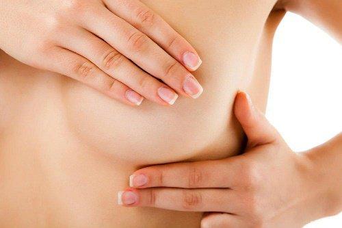 ¿Te duelen o pican los senos? Estas podrías ser las posibles causas