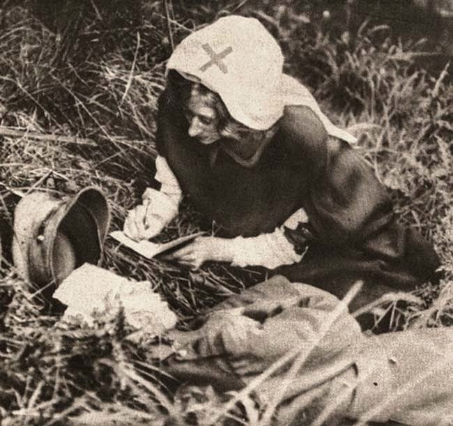 52 photos of women who changed history forever - A Red Cross nurse takes down the last words of a British soldier. [c. 1917]