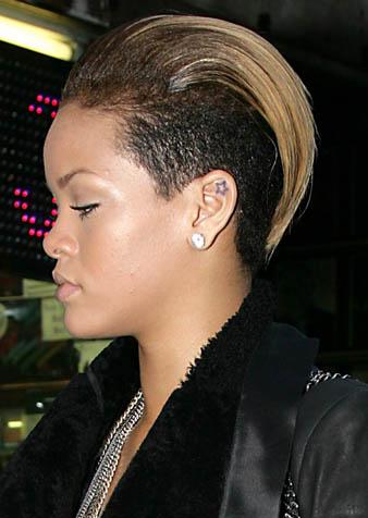Rihanna saçlarının iki yan kısmını da kazıtmıştır. Sadece üst bölge ense hizasına kadar uzundur ve bu bölge koyu sarı renklidir. Rihanna koyu sarı saçlarını arka tarafa doğru düz fönle atmıştır.