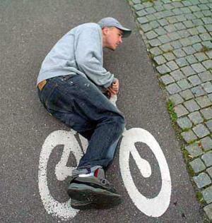Ngakak abis, gayanya meyakinkan banget ya. Itu sepeda juga ga ada ...