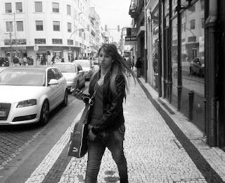 Street Photo Woman Girl B&W by Joao Pires foto
