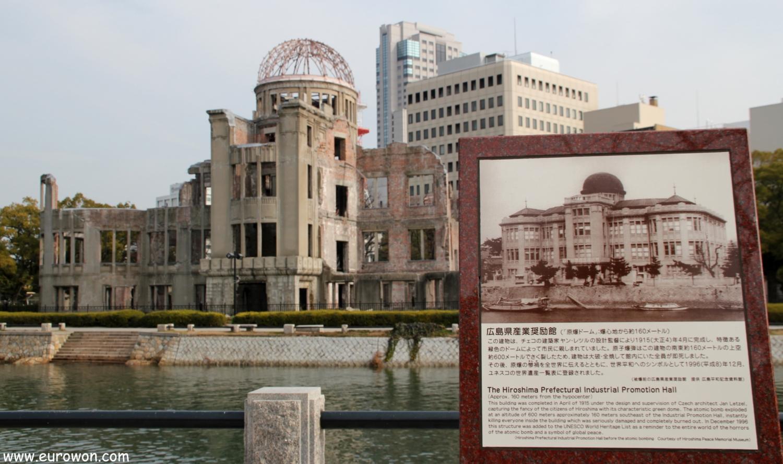 Cúpula Genbaku de Hiroshima y cartel explicativo