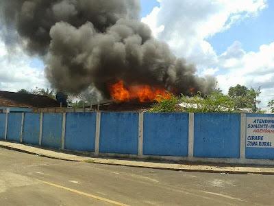 Manifestantes revoltados colocam fogo em casa de prefeito