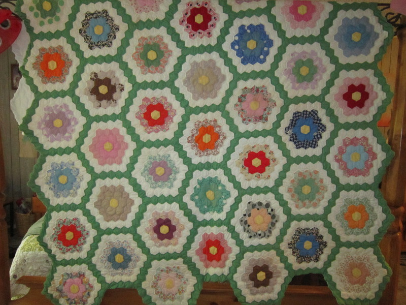 Grandmotheru0027s Flower Garden Quilt
