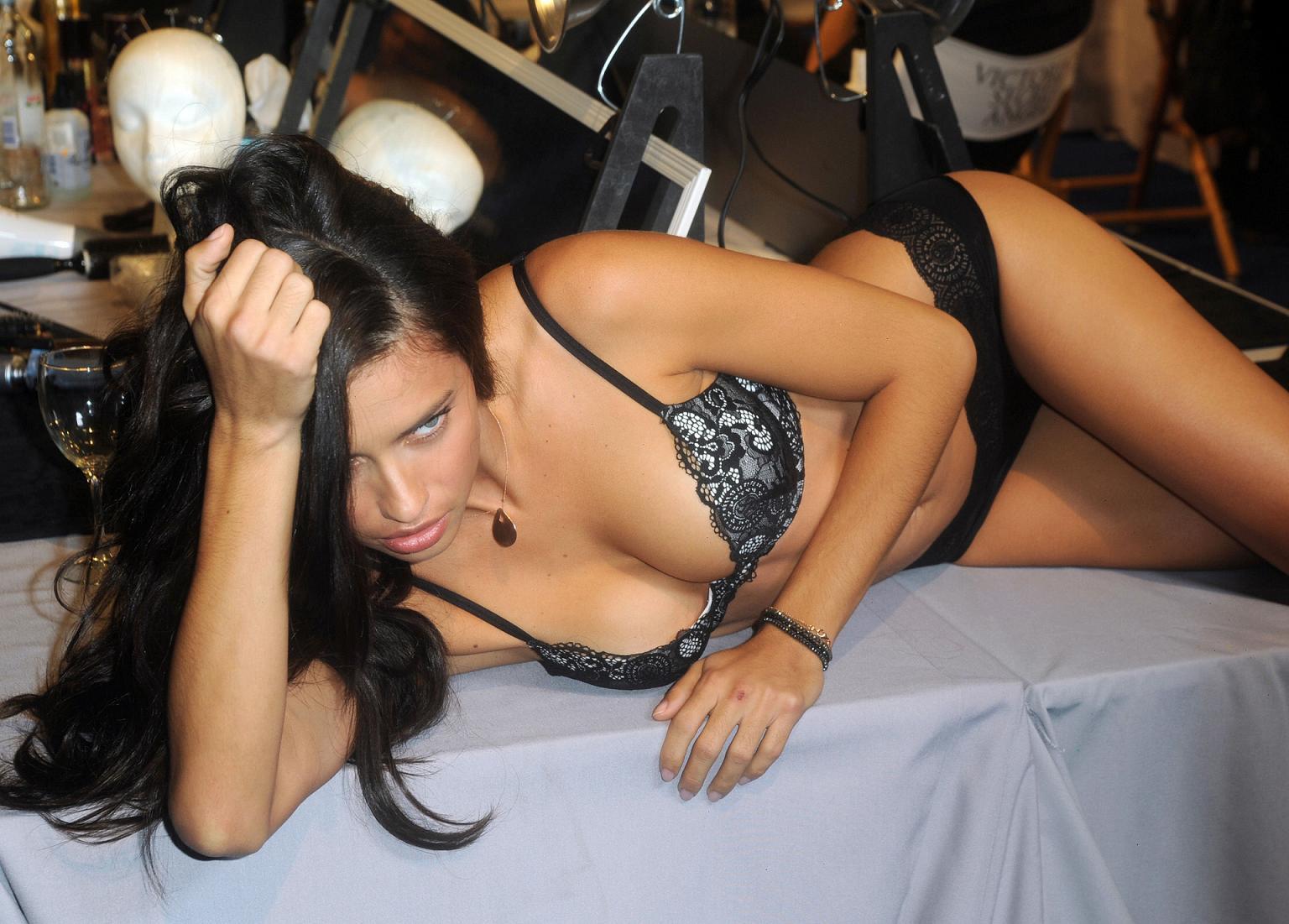 http://4.bp.blogspot.com/-owcvLhm7o1g/T1T53REcPgI/AAAAAAAAMc0/VWO5sW0zLCU/s1600/Adriana-Lima-Black-Lingerie-2012.jpg
